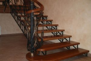 Лестница кованая металлическая дереянные ступени